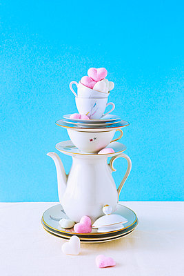 Stack of coffee set and cookies - p1149m2027040 by Yvonne Röder