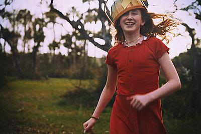 Mädchen mit Osterkorb auf dem Kopf - p1694m2291654 von Oksana Wagner