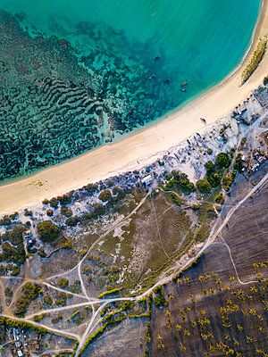 Indonesia, Lombok, Aerial view of beach - p300m2042685 by Konstantin Trubavin
