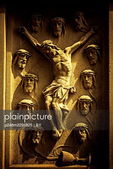 Kruzifix als Steinrelief - p248m2291825 von BY