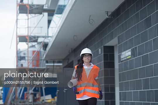 Female construction engineer checking the construction of a new house - p300m2155756 by Sigrid Gombert