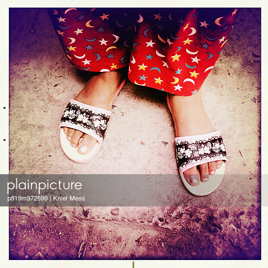 Weibliche Füße in Sandalen - p819m972599 von Kniel Mess