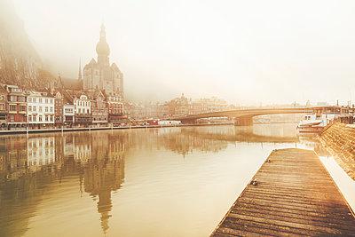 Belgium, Dinant, cityscape with Meuse river at dawn - p300m2023510 von Kiko Jimenez