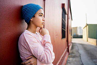 Spain, Valencian Community, Valencia. Creative portrait of a young woman in colourful clothes with a mobile phone. - p300m2276370 von Rafa Cortés
