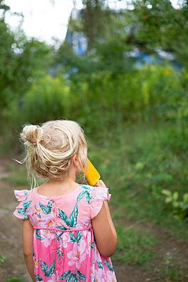 In the garden with ice cream - p454m2215206 by Lubitz + Dorner