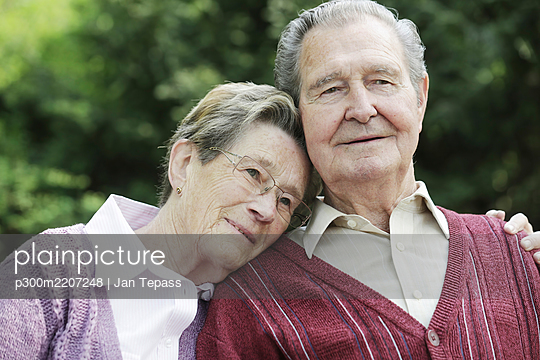 Germany, Cologne, Senior couple sitting in park - p300m2207248 by Jan Tepass