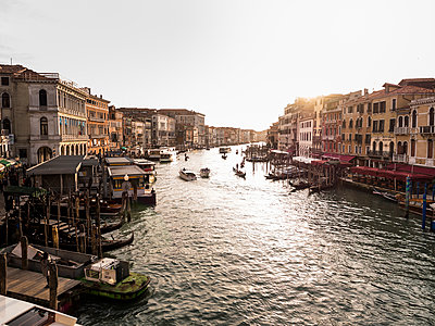 Italy, Venice, Canale Grande at evening twilight seen from Rialto Bridge - p300m1487418 by Susan Brooks-Dammann