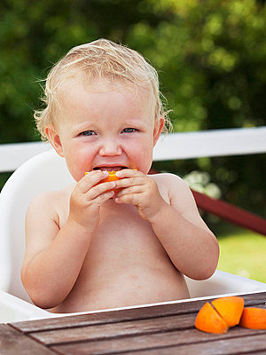 Boy eating orange slice - p312m696038 by Matilda Lindeblad