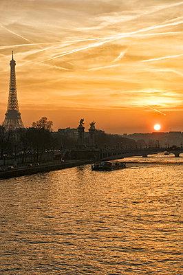 Eiffelturm mit Seine - p567m763421 von Philippe Poivre