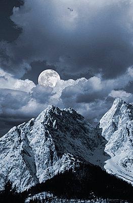 Mond über Bergandschaft, Grainau, Bayern, Deutschland - p6090417 von WRIGHT