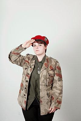 Junge Frau in Militärkleidung - p1195m1112994 von Kathrin Brunnhofer