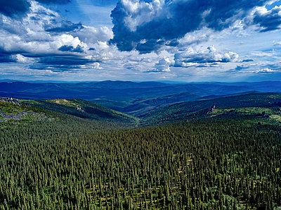 Alaska, Wolken über weiter Waldlandschaft - p1455m2204763 von Ingmar Wein