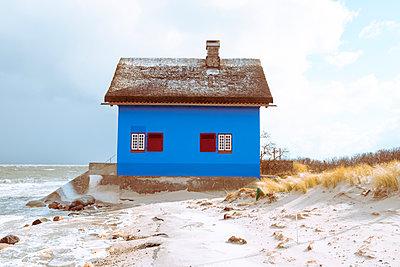 Einsames Haus am Strand  - p432m1553206 von mia takahara