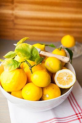 Still life with lemons - p756m908579 by Bénédicte Lassalle