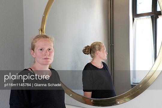 Spiegelportrait - p116m1145784 von Gianna Schade