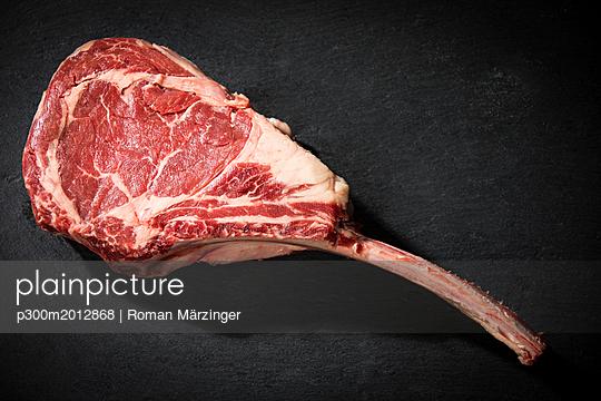 Raw tomahawk steak - p300m2012868 von Roman Märzinger