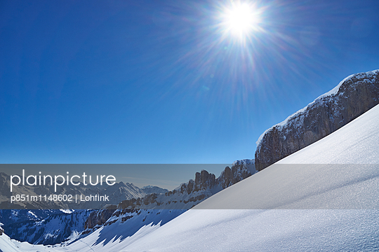 Verschneite Berglandschaft im Sonnenschein - p851m1148602 von Lohfink