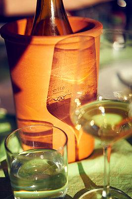 Weinflasche in einem Weinkühler aus Ton  - p1312m1333144 von Axel Killian