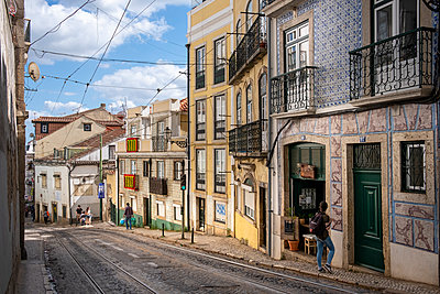 Portugal, Lisbon, Row of houses - p335m2177637 by Andreas Körner