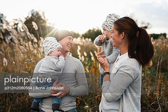 Happy family together - p312m2080564 by Anna Johnsson