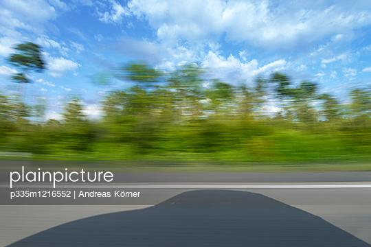 Schatten eines Fahrzeugs auf der Autobahn - p335m1216552 von Andreas Körner