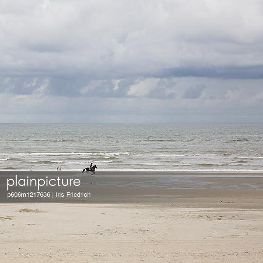 Reiter und Kinder am Strand - p606m1217636 von Iris Friedrich