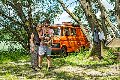 Parents with baby on camping vacation - p1146m2196040 by Stephanie Uhlenbrock
