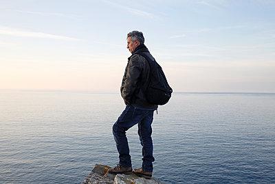 Mann blickt aufs Meer - p1307m1185226 von Agnès Deschamps