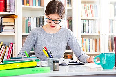 Girl doing homeworks - p300m2083595 von Larissa Veronesi