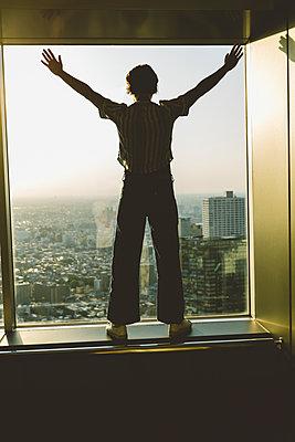 Frau blickt auf Skyline von Tokio - p432m2093395 von mia takahara