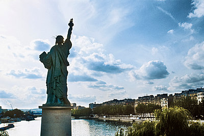 Statue of Liberty in Paris on Grenelle bridge, view of the seine river - p590m1514810 by Philippe Dureuil