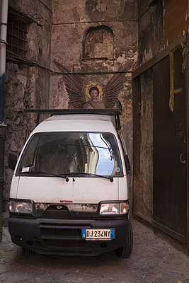Mary and the van - p596m1463051 by Ariane Galateau