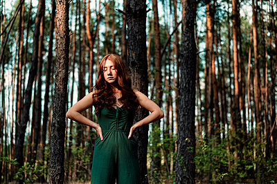 Pensive woman in the forest - p947m2273230 by Cristopher Civitillo