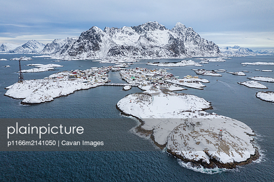 Lofoten's beautiful yet harsh winter - p1166m2141050 by Cavan Images