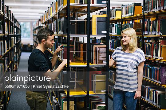 Junges Paar in der Bibliothek - p586m971636 von Kniel Synnatzschke