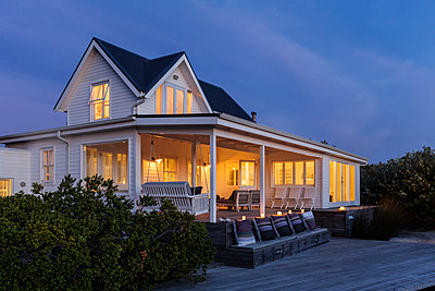 Illuminated white home showcase exterior at night - p1023m1443284 by Martin Barraud