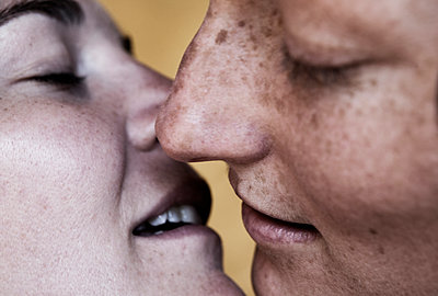 Close up of Caucasian lesbians kissing - p555m1479884 by Jeremy Woodhouse/Holly Wilmeth