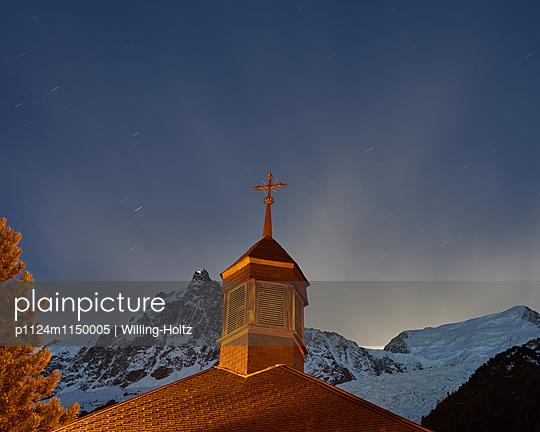 Kirchturm vor Bergpanorama bei Nacht - p1124m1150005 von Willing-Holtz
