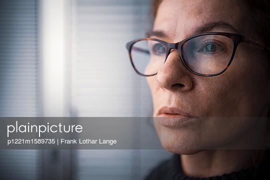 Porträt einer Frau mit Brille - p1221m1589735 von Frank Lothar Lange