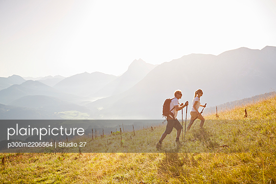 Couple hiking in the mountains, Achenkirch, Austria - p300m2206564 by Studio 27