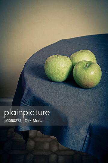 Tisch mit drei Äpfeln - p3050273 von Dirk Morla