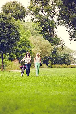 Ausflug mit Freundin - p904m932243 von Stefanie Päffgen