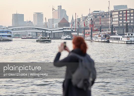 Frau fotografiert die Landungsbrücken - p1124m1216804 von Willing-Holtz