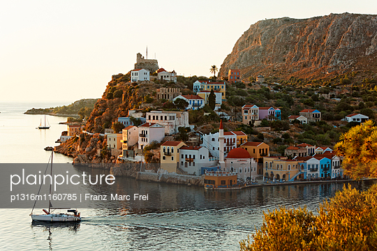 Hafen und Blick auf Kastelorizo, Dodekanes, Südliche Ägäis, Griechenland - p1316m1160785 von Franz Marc Frei