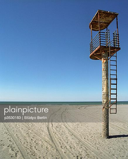 Lifeguard tower - p3530183 by Stüdyo Berlin