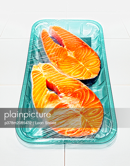 salmon steaks - p378m2085432 by Leon Steele