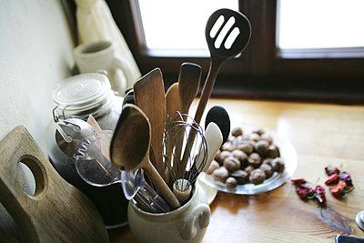 Küchenzubehör am Fenster auf einem Tisch - p1316m1160403 von Harald Eisenberger