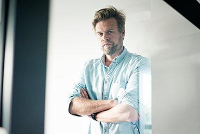 Portrait of serious businessman - p300m1535986 by Joseffson