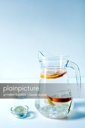 plainpicture   Photo library for authentic images - plainpicture p1166m1542604 - Citrus fruits slices with w... - plainpicture/Cavan Images/Cavan Social