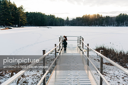 Two children standing on a fishing pier. - p1166m2157322 by Cavan Images